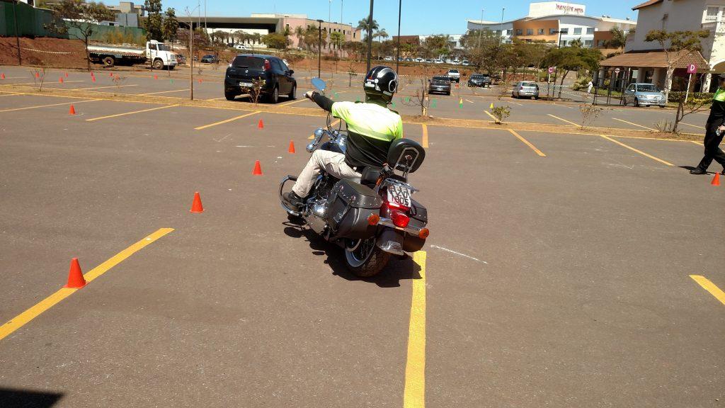 Os instrutores criaram um percurso formado por cones no estacionamento do Alphaville Mall, em Nova Lima