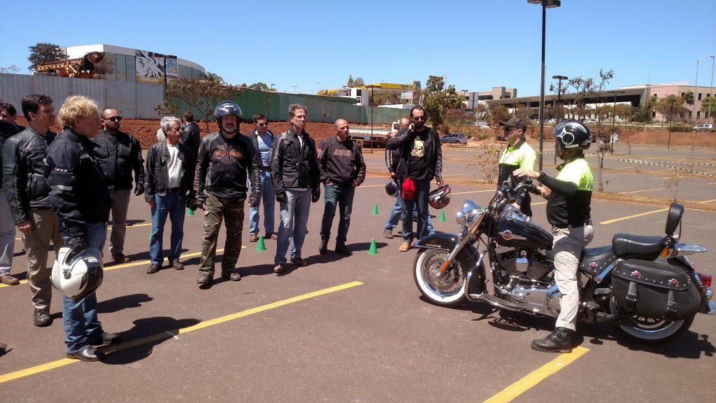 Os motociclistas ouvem atentos as orientações do instrutor da Top Rider