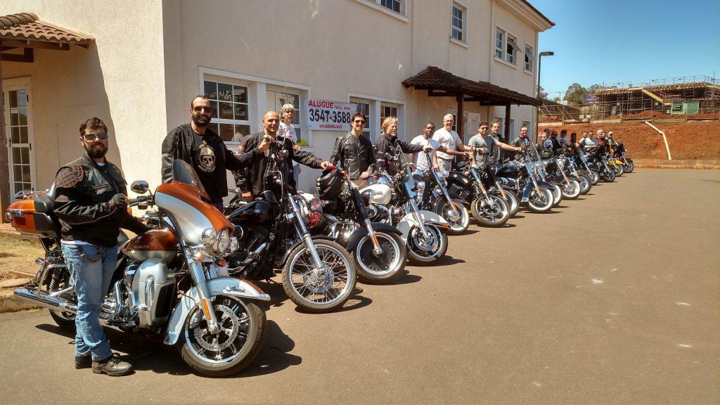 """Perfilados em suas Harleys, os """"alunos"""" estavam prontos para colocarem em prática a parte teórica do Rider Civilian"""