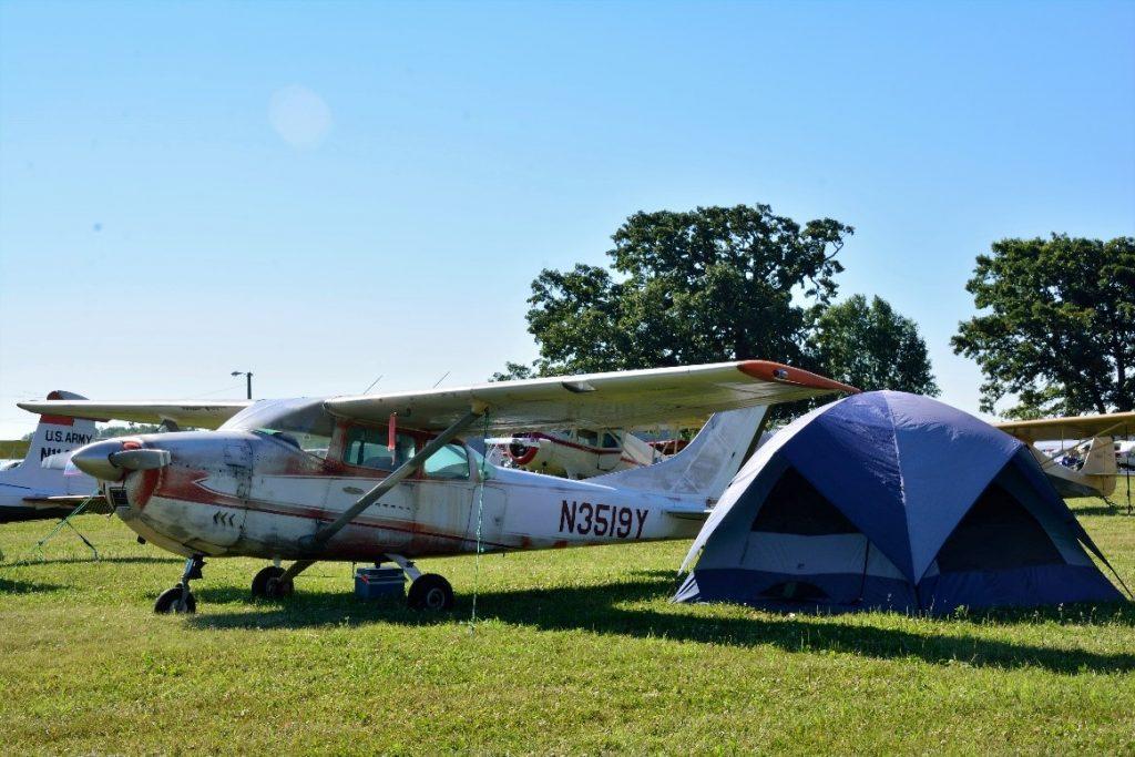 Vir de Anchorage- Alasca em primeira classe, se hospedar no Best Western Premier ou em um Cessna 172 surrado e ficar acampado debaixo da asa, não importa. O importante é estar em Oshkosh