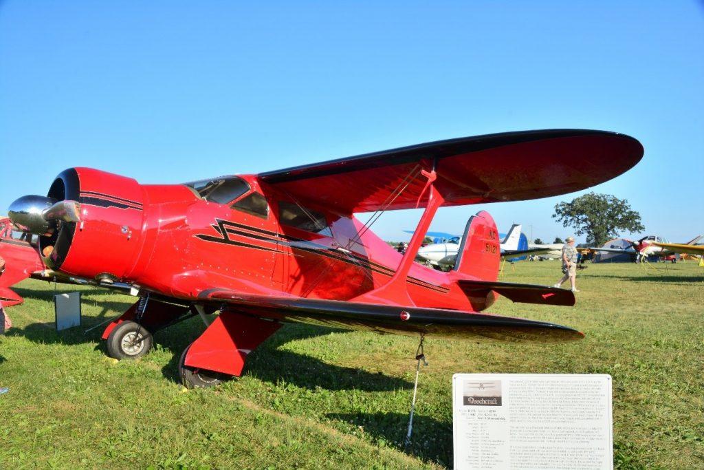 Beechcraft 17 Staggerwing de 1937 equipado com motor radial Wright R-760-E2 de sete cilindros produzindo 350HP