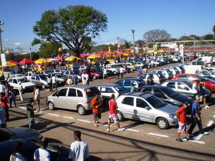 O feirão do estacionamento do Minas Shopping já é tradicional aos domingos