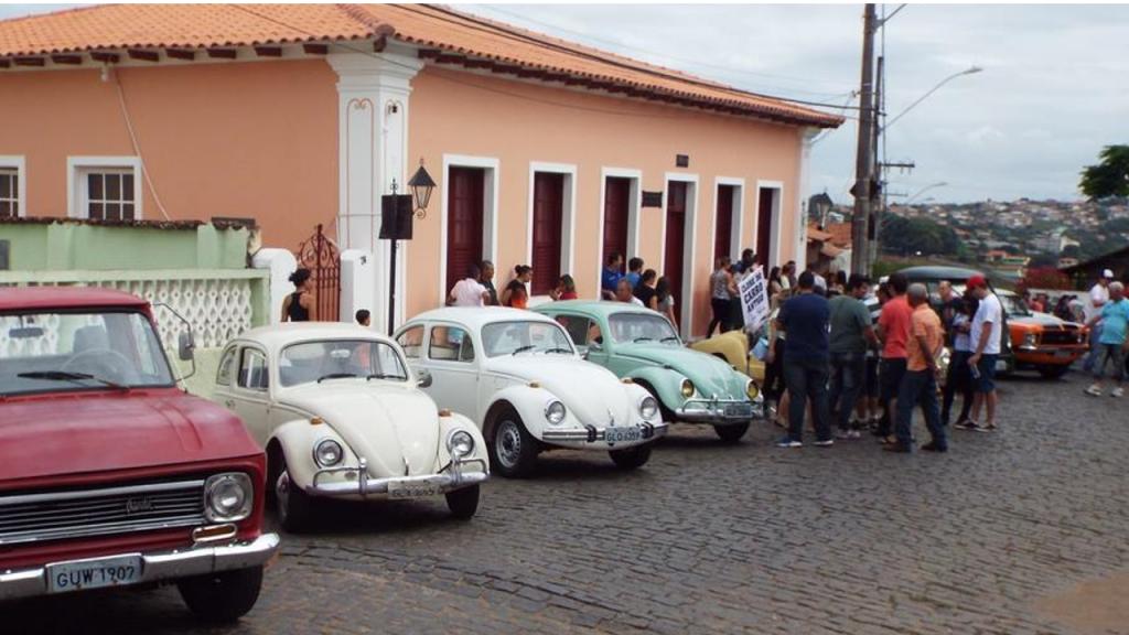 A segunda edição do encontro de carros antigos de Passa Tempo acontece na praça da Igreja Nossa Senhora da Glória