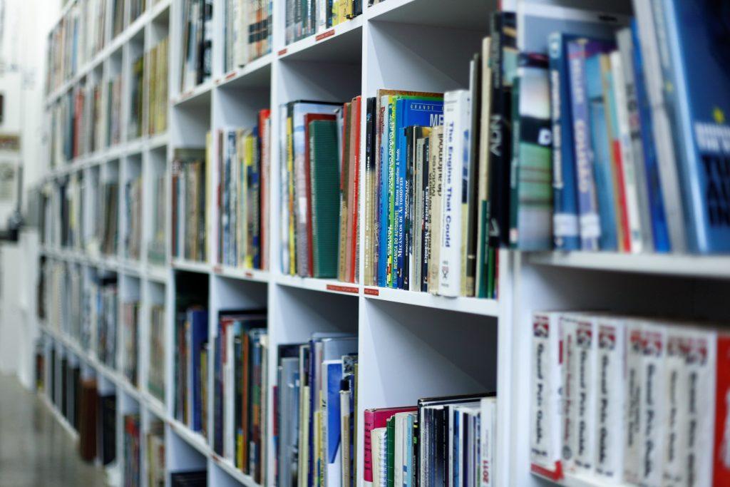 MIAU conta ainda com uma biblioteca, hemeroteca, com coleções de jornais, revistas e periódicos