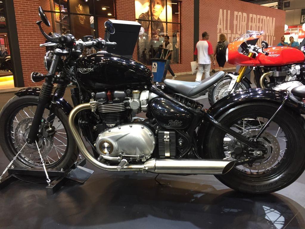 """BONNEVILLE BOBBER: Moto no estilo """"Bobbe"""" criado após a Segunda Guerra Mundial, a Bonneville T120 da Triumph tem linhas limpas, assento individual, guidão largo, carroceria e farol mínimos, tanque esculpido, rodas com raios cromados e motor exposto 1.200 cc. (Foto Triumph/Divulgação)"""
