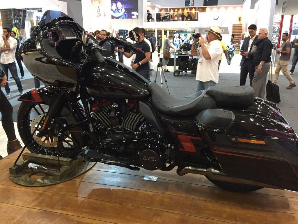 """ROAD GLIDE: A """"bagger"""" – moto que permite personalizações extremas - tem estilo único e simboliza o novo visual e desempenho dos modelos CVO da Harley-Davidson. Equipada com o novo motor Milwaukee-Eight 117 (1.923 cc), tem carenagem agressiva em formato """"nariz de tubarão"""" e rodas personalizadas. (Foto Harley-Davidson/Divulgação)"""