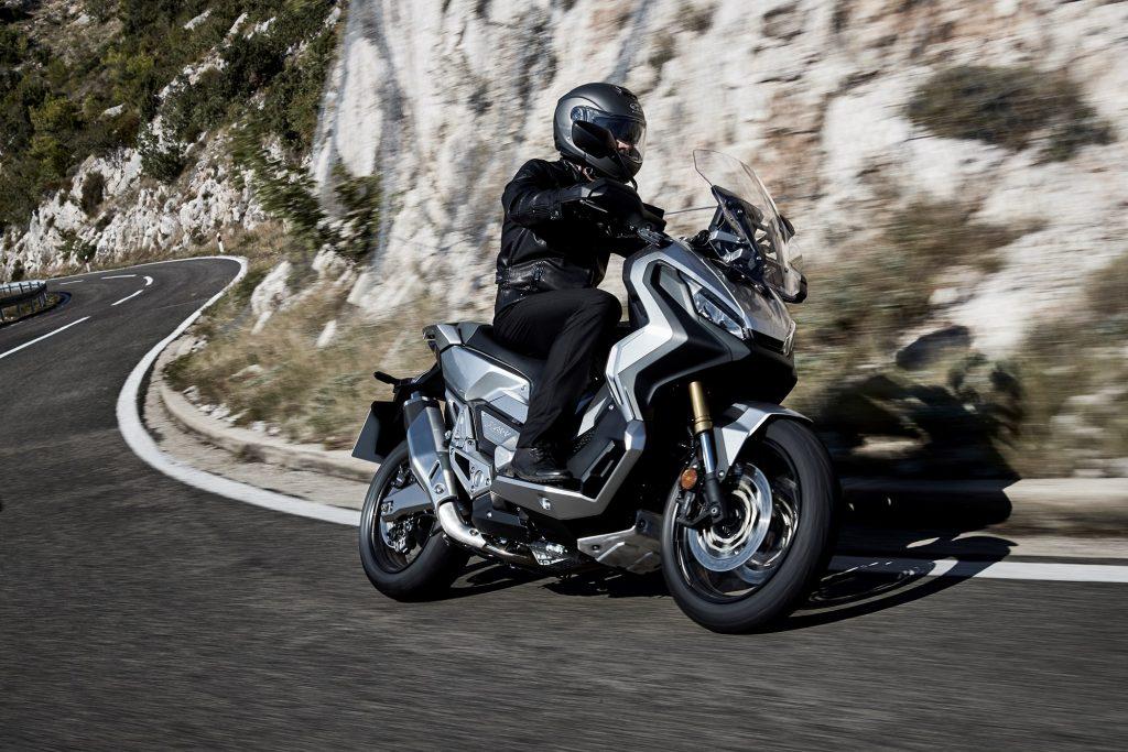 X-ADV: Scooter com estilo aventureiro, a moto da Honda possui chassis tubular e itens de segurança importantes, como freios com ABS. Com motor bicilindro paralelo derivado do mesmo que equipa NC 750X, vem com caixa de câmbio de dupla embreagem. (Foto Honda/Divulgação)