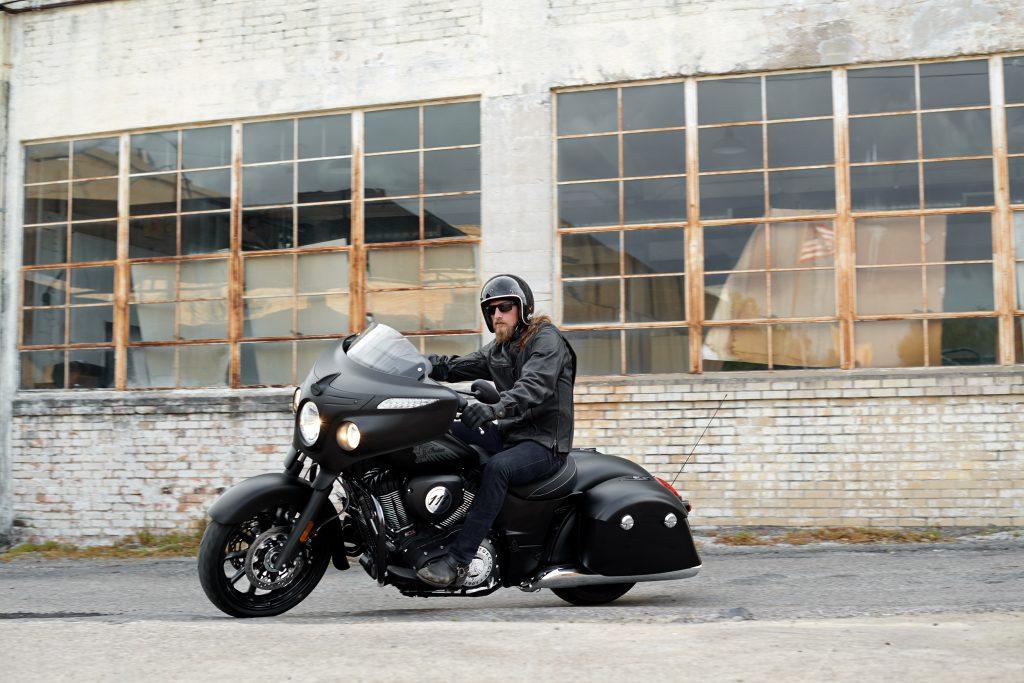 CHIEFTAIN DARK HORSE: A motocicleta da Indian traz um visual custom mais agressivo, com menos cromados. Seu painel tem fundo preto, os piscas vem com acabamento fosco e as rodas de alumínio preto brilhante. O motor é o conhecido Thunder Stroke 111. (Foto Indian/Divulgação)