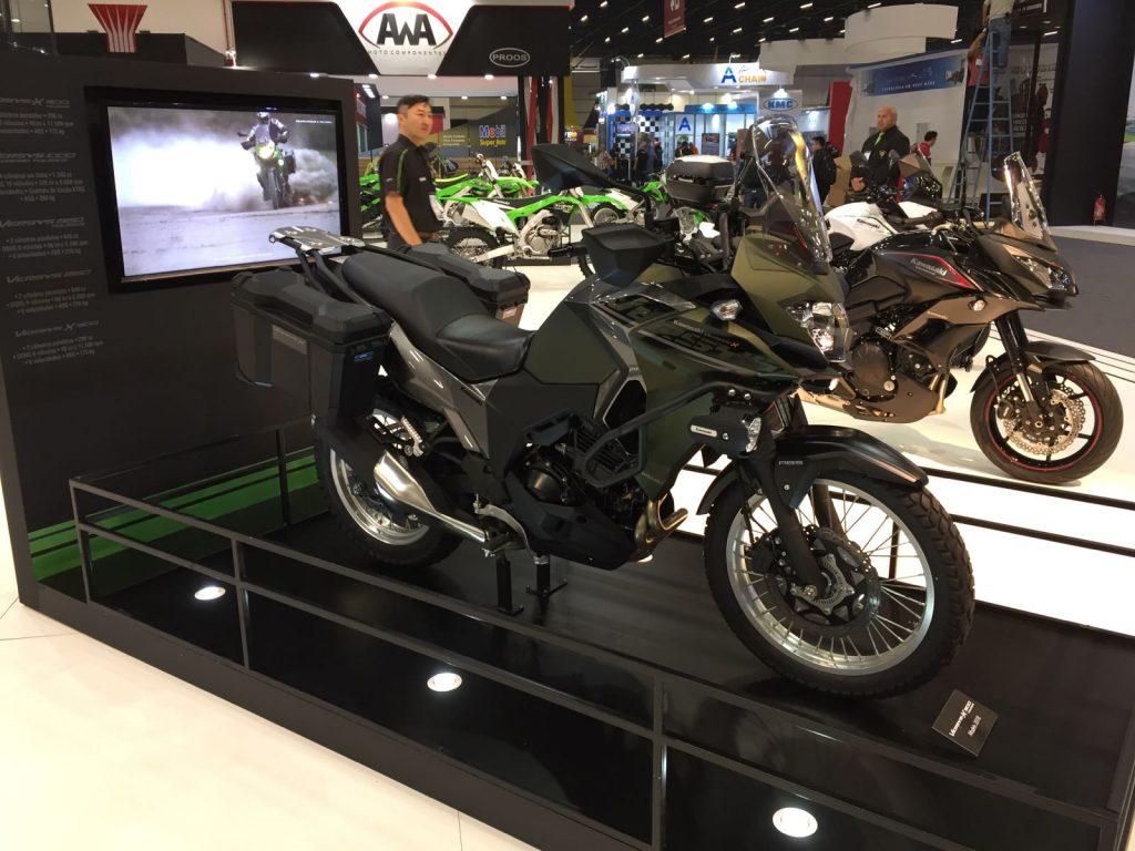 VERSYS-X 300: Voltada ao turismo de aventura, a bicilíndrica da Kawasaki foi projetada para rodar em qualquer estrada, graças às suspensões de longo curso e ao motor de 40 cv de potência. O novo modelo tem ainda as versões ABS e Tourer ABS. (Foto Kawasaki/Divulgação)