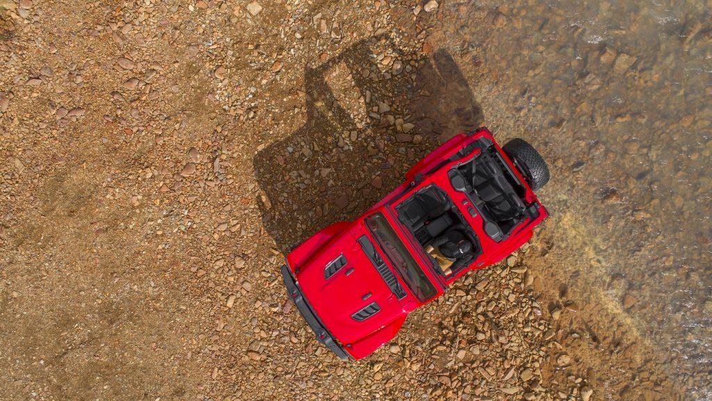Uma visão aérea do novo Jeep Wrangler Rubicon, que começa a ser vendido nos EUA no início de 2018
