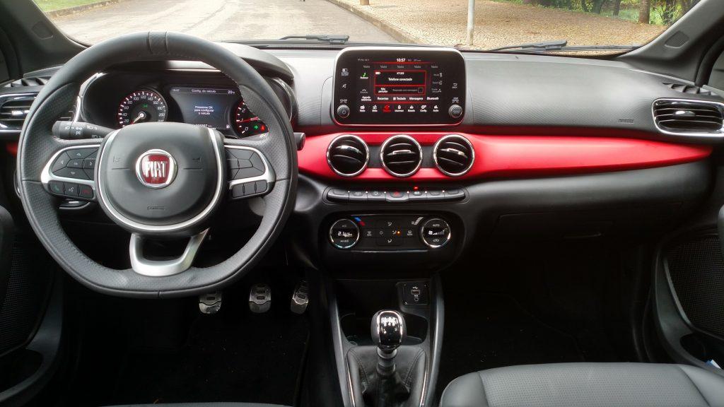 A faixa vermelha no painel e a tela multimídia saliente lembra a solução usada pela Mercedes no Classe A