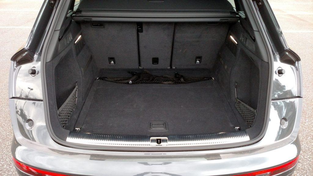 Dependendo da posição do encosto traseiro, a capacidade do porta-malas pode variar de 550 a 610 litros