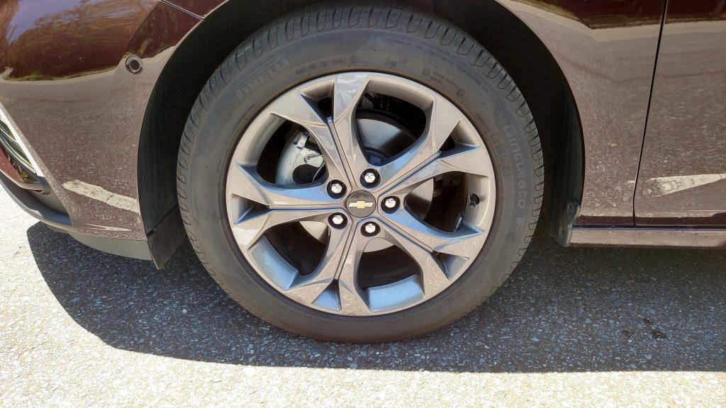 Na cor grafite, as rodas de 17 polegadas tem um bonito desenho vazado e são calçadas com pneus 215/50 R17
