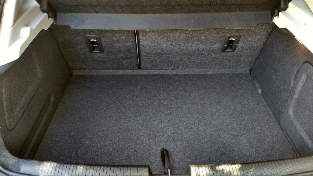 A capacidade do porta-malas de 290 litros fica um pouco abaixo da dos concorrentes, mas fica dentro do razoável