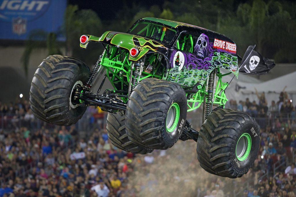 Os caminhões têm como principal característica os pneus de grandes dimensões que chegam a ter 1,67 m de diâmetro por 1,09 m de largura