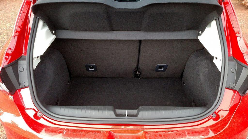 Com 300 litros de capacidade, o porta-malas é compatível com o de um hatch compacto