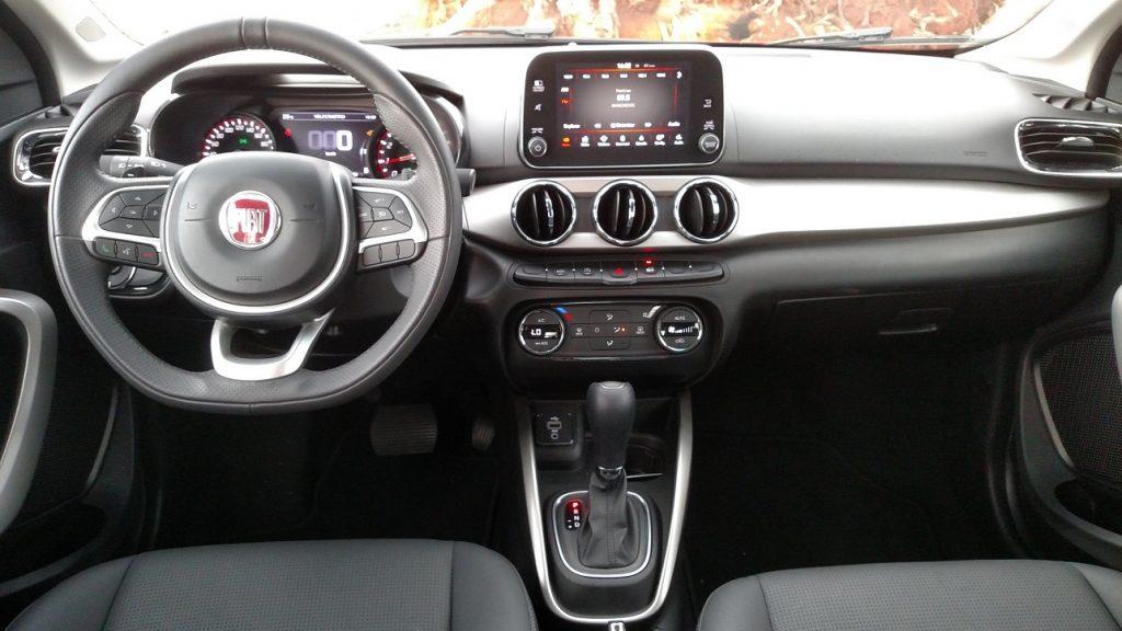 Com sete polegadas, a tela do multimídia é fácil de operar; e o volante multifuncional ajuda muito o motorista