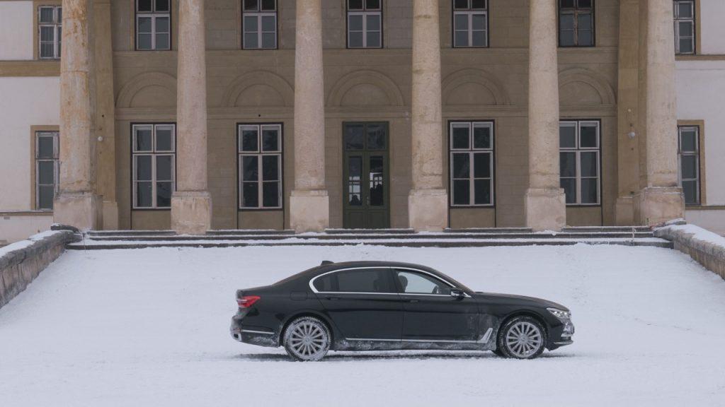 No filme, o sedã alemão roda na neve na Rússia