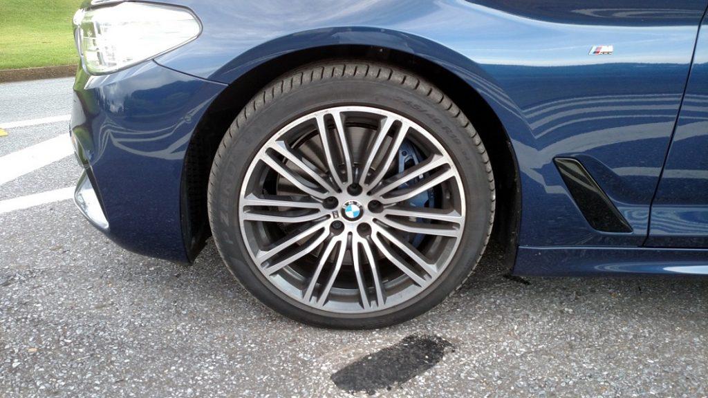As rodas de 19 polegadas deixam à mostra as enormes e eficientes pinças de freio