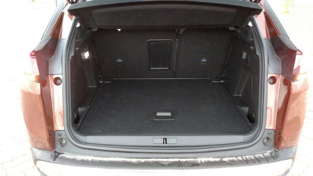 Porta-malas tem a generosa capacidade de 520 litros