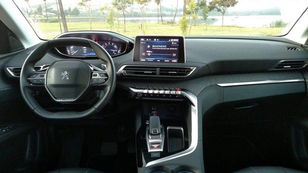 O novo 3008 traz o conceito i-Cockpit, que junta o volante pequeno com informações no campo visual do motorista