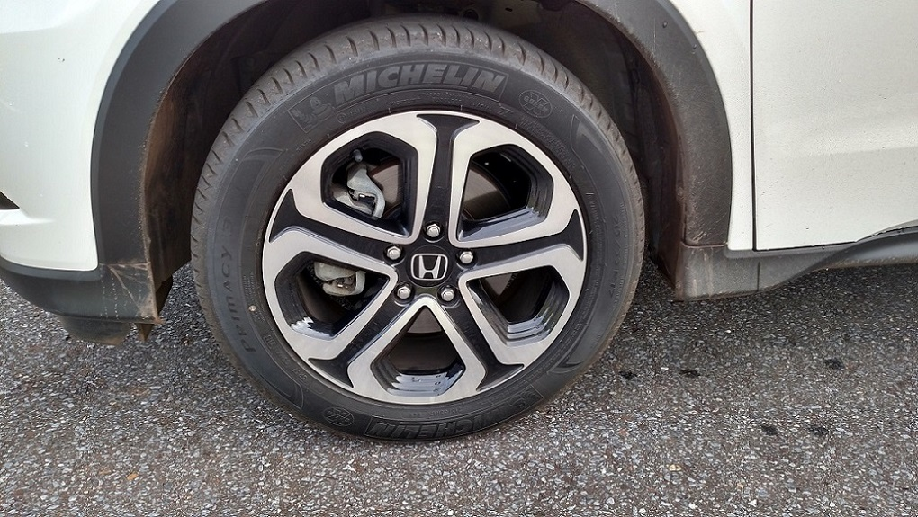 As bonitas rodas de liga leve de 17 polegadas contribuem para deixar o HR-V com visual mais esportivo