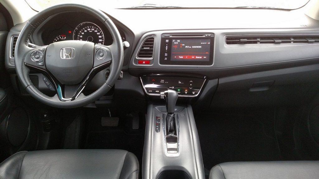 Volante multifuncional e tela e sistema multimída facilitam navegação, áudio e uso do telefone