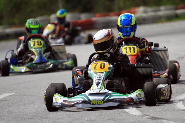 Cerca de 60 pilotos disputam o Mineiro de Kart por rodada