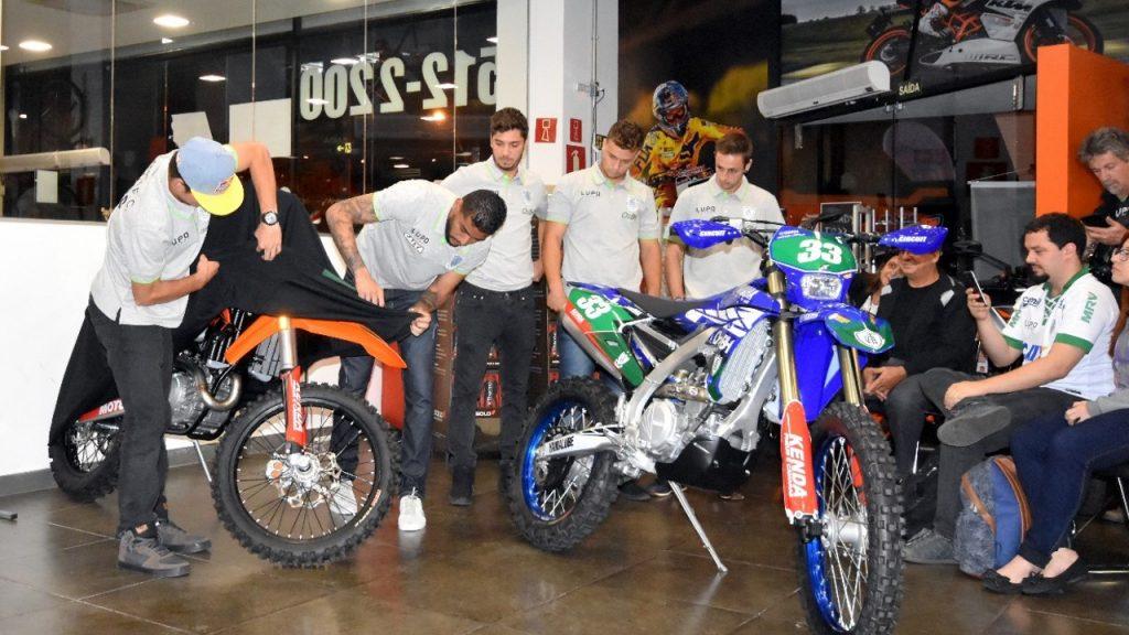 Pilotos mostram suas motos usadas nas disputas pelo Brasil e exterior