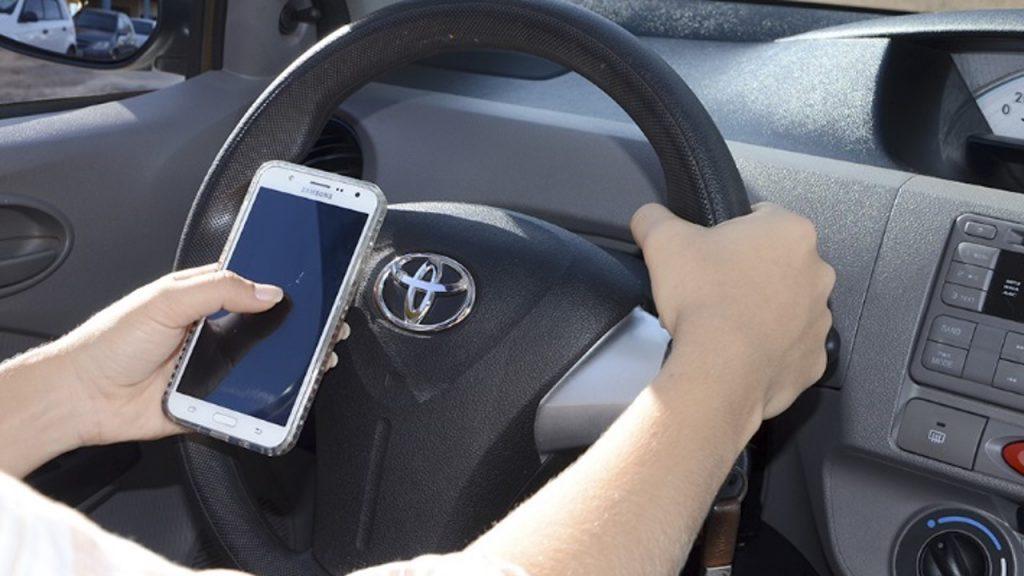 Usar o celular enquanto dirige: hoje é o que há de mais perigoso no trânsito