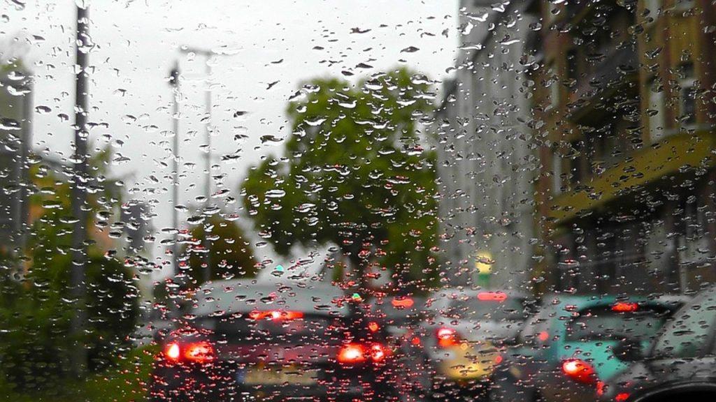 Dirigir por longas horas em rodovias ou depois de enfrentar engarrafamentos pode resultar em distrações ao volante