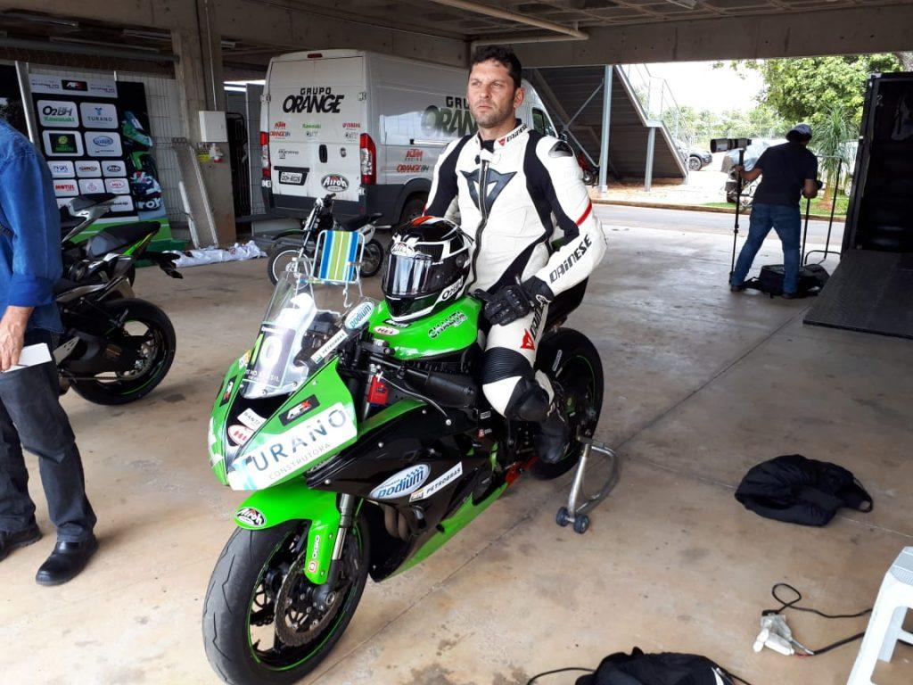 """Campeão mineiro e brasileiro na categoria 600cc, o piloto Antônio Carlos Franzen, o """"Toninho"""", se concentra antes de ir para a pista"""