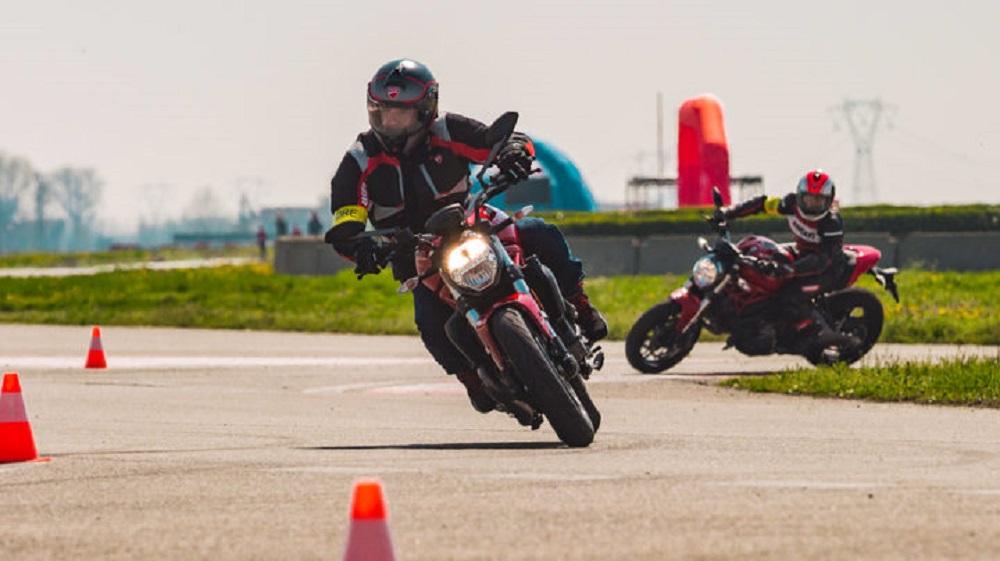 Curso vai incluir tópicos como equilíbrio da moto (Foto: Ducati/Divulgação)
