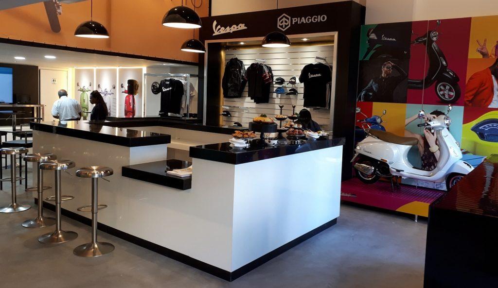 Projetada em estilo boutique, a nova loja Vespa também vai comercializar roupas e acessórios (Foto: Eduardo Aquino)